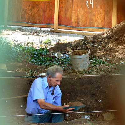 Professor Igor Chmyz em uma escavação arqueológica na Praça Tiradentes, centro de Curitiba, em 2008. Foto: Lina Faria