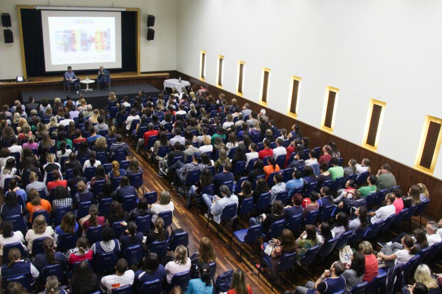 Cerca de 300 pessoas estavam presentes na palestra. Foto: Paulinha Kozlowski.