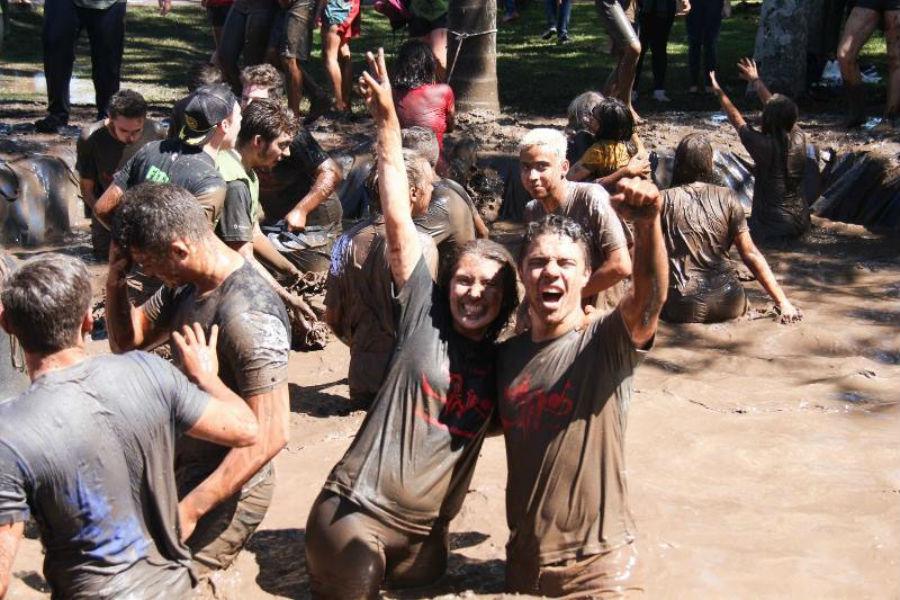 Banho de lama do alunos Medianeira aprovados na PUCPR. Foto: Paulinha Kozlowski.