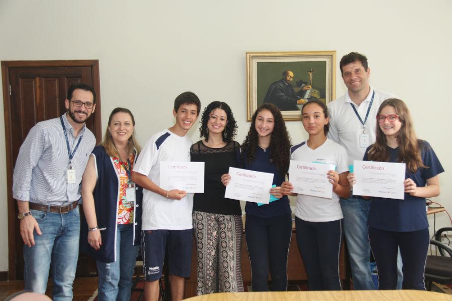 Estudantes durante a entrega do certificado de participação no Concurso. Foto: Paulinha Kozlowski.