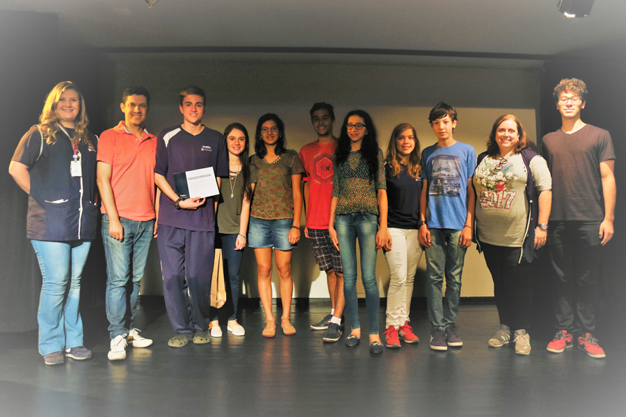 Na imagem, os estudantes que participaram da Olimpíada ao lado dos professores.  Foto: Paulinha Kozlowski.