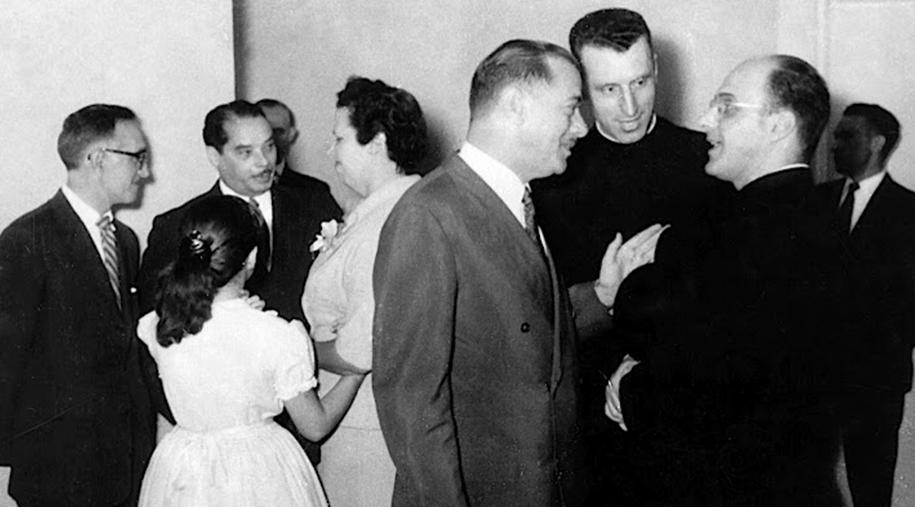 Bento Munhoz da Rocha, governador do Paraná, conversando com o Padre Alberton e o Padre Oswaldo Gomes.